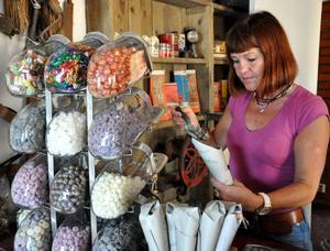 Förut fanns bara två små hyllor med produkter på kontoret, men sedan en vecka tillbaka har Lillhärdal en egen gårdsbutik. Här fyller Elisabeth Svensson en strut med roxblandning.