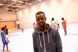 """Smashar. Muhammed Ali på introduktionsprogrammet spelade volleyboll när idrottscollege bjöd in till aktivitetskamp. """"Det är skönt att röra på sig"""", säger han."""