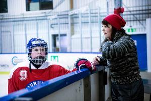 Elias är åtta år och helt galen i hockey, han spelar i sitt första hockeylag NSK-07. Det stora intresset har förts över till mamma Maria och pappa Mikael som givetvis ställer upp för föreningen.