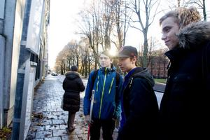 Vid den nya hållplatsen på Norra Rådmansgatan står Marcus Andell, Kim Westin och Oscar Carlsson och väntar på buss 15. De pluggar på John Bauergymnasiet och är på väg till idrottslektionen vid Högskolan. – Vi kommer från Söderhamn och på torsdagar går vi direkt från tåget till bussen, säger Kim Westin.