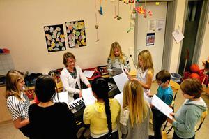 Talangfulla. Jullåtar stod på programmet för de elever i årskurs 3 till 5 som valt att sjunga och uppträda under Elevens val på Kyrkbacksskolan.