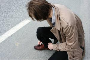 Patrik tar rådet välklädd på stort allvar och slänger sig ner på marken för att putsa skorna när tålamodet tryter. Kanske kan välpolerade skor locka till sig någon tysk husbil att stanna?