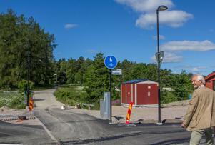 Änden på Åbrinksleden. Till höger svänger man in på hästskoformade Strömgatan. I kommande etapper finns möjlighet att förlänga Åbrinksleden  upp, förmodligen mellan Törnberget och Krakaborg och bebygga längs åkanten nedanför Törnberget till höger på bilden. Bebyggelsen på Krakaborg finns också med som tänkbar utveckling i framtiden.