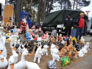 Janne Gustafsen i svart sålde trädgårdskonst. Ankorna är populärast enligt honom.