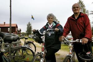 Juliette och Kjell Lundin cyklade Ålslingan. Jag fick ont i backen. Man är inte så van att cykla långt, sade Juliette och Kjell har cyklat de flesta Ålslingor i Korpens regi, så han är veteran i dessa sammanhang.