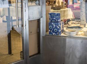 Okända personer har orsakat skadegörelse i butiken på Thulegatan och stulit kontanter.