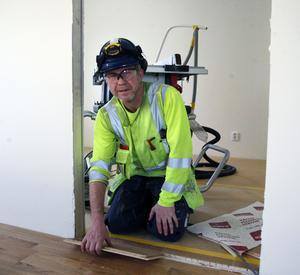 Mats Blomgren, Oviken, jobbar åt Skanska och lägger golv för fulla segel på Tallåsen just nu.