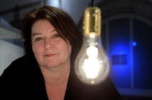 Lampor som nakna ljuskällor utan lampskärmar har varit trendigt under många år nu. Men Lotta Löfgren själv föredrar avbländad belysning – något som blev modernt under 1920- och 1930-talen och har varit populärt sedan dess.