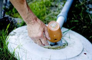 Vattenrening pågår. Olika typer av kalk används vid reningen.