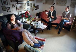 – Man blir lite skör när man är äldre och då är det viktigt att man får känna sig trygg, säger Karin Swande. Här tillsammans med Brunkullans verksamhetschef Eva Sandberg och gruppchefen Therese Hedman.