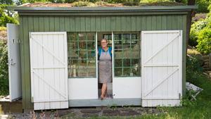 Birgitta Sandström Lagercrantz kolonistuga får en öppen känsla tack vare glasdörrarna som går att dra isär.