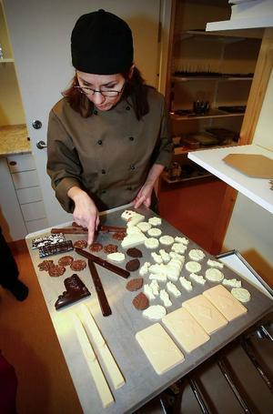 Tina Miinin visar slalomskidor och slalompjäxa i mörk choklad. Men de går förstås att tillverka även av vit choklad som färgats laxrosa.
