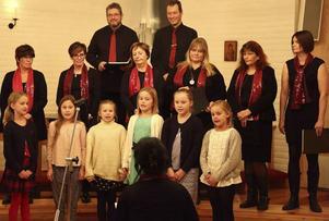 Barnkören Håsta Singers under ledning av Maria Eng Hillbom