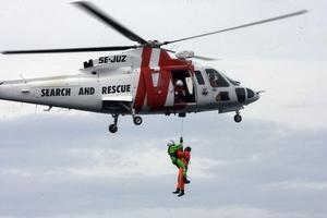 Problem uppstår när ytbärgaren ska få upp de två brännskadade männen i helikoptern. Men efter envist arbete kan även den andre mannen hissas upp.