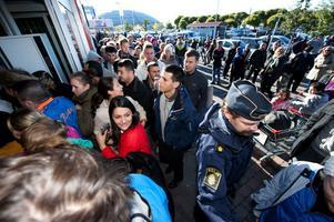 Polis var på plats och styrde upp vid entrén för att förhindra kaos.