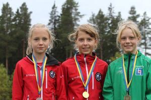 Prisutdelning efter diskustävlingen i flickor 13, där Nora Swartz, ÖGIF tog guld med klubbkamraten Johanna Grelsson som tvåa. Lisa Ericsson, Trångsviken var trea.