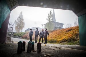 Det låg en tät dimma och doft av starka ämnen över centrala Krokom på eftermiddagen. Under gångtunneln bakom Frasses höll Henrik Ljusberg, Tim Rönnlund, Pontus Nordin, och David Grahn-Hellberg till.