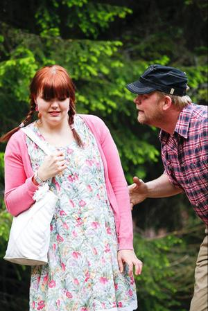 Astrid, spelad av Amanda Larsdotter, blir oväntat uppvaktad av Bertil som spelas av Roger Jönsson. Det vilar en förbannelse över bygden, som gör att avundsjukan visar sitt fula ansikte och får byborna att göra konstiga saker.
