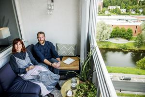 Balkongen har blivit ett extra rum för Sanna Grannas och Joel Book Söderberg.