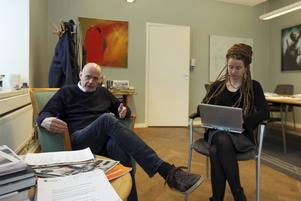 Fred Nilsson och Amanda Lind har nu tillsammans med övriga kommunstyrelsen fördelat pengar till flyktingar.