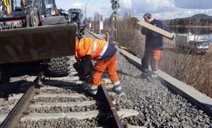 Reparationsarbetet pågår för fullt vid Skästra. Tågtrafiken beräknas rulla som normalt vid lunchtid lördag.