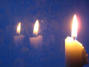 I raststugan på fjället tände vi ett ljus som speglade sig så fint i den frostiga rutan.