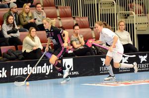 Ingela Hansson rundar en motståndare.