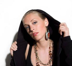 """Sveriges första kvinnliga soloartist på reggaescenen Isabel """"Syster Sol"""" Sandblom gör P-Danjelsa sällskap i kväll. Hon släppte sitt debutalbum """"Dömd att bli bedömd"""" i slutet av februari. Tidigare var Syster Sol sångerska i reggaebandet Livelihood.  Foto: Pressbild"""