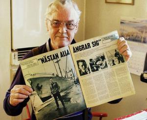 Bertil med en gammal journal från 1960.
