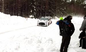 I farter mellan 150 och 200 kilometer i timmen spränger bilarna fram på de smala skogsvägarna.