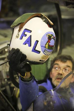 Hjälmen som Anders Falk håller upp var den som satt på hans huvud när han förr var ute och flög med detta plan.