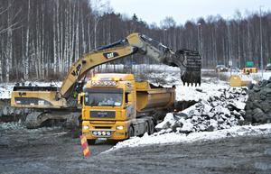 72 400 kubikmeter torv och lera måste grävas bort för att det ska gå att skapa ett fast underlag för de nya vägarna som ingår i projektet.Foto: Lars Wigert