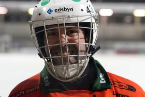 Målvakten Jonas Svensson flinade med hela ansiktsmasken när han lämnade Zinkensdamms is.