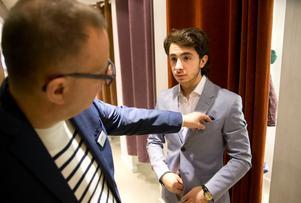 Ingen slips. När du har en prickig näsduk i bröstfickan behövs ingen slips, säger H&M:s Bosse Eriksson till Salari.