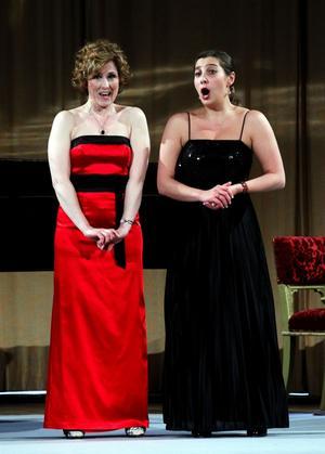 Marianne Hellgren Staykov och Maria Fontosh som Susanna och Grevinnan ur Figaros bröllop.