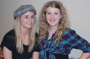 Hanna och Emelie är två av de fyra från Slottegymnasiet som kom med i Team Andreas. Foto: Therese Olsson