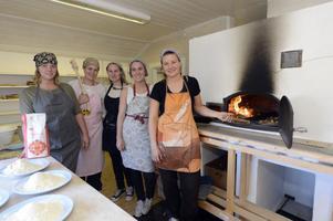 Jonna Wahlström, Sara Berglund, Katarina Flink, Johanna Christians och Anna Berglund bakar bröd på gammalt vis i vedeldad ugn, men de passade också på att grädda pizza i ugnen.