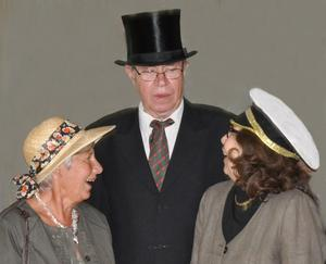Hattparad. Ordförande Boris Gudmundsson samt Margareta Johansson och Barbro Gustafsson slöt upp till mötet i hatt.Bild: gunnar björkman