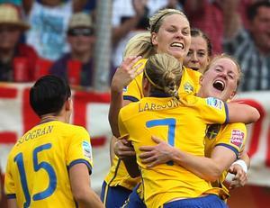 Svenska damlandslaget i fotboll firar det andra målet i VM-bronsmatchen mot Frankrike.
