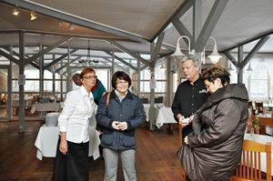 BILLIGARE. På restaurang Kungsådran blir a la carte-maten billigare men lunchen ligger kvar på samma pris. Lisbeth Linngård,ägare, Solveig Zander (C) riksdagsledamot, Sture Linngård, ägare och Clarrie Leim (C) politiker i Älvkarleby diskuterar vad momssänkningen betyder för restaurangerna.
