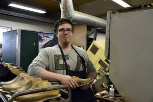 Mattias Englund pendlar dagligen till fabriken i Docksta från Kramfors. För honom handlar det om pinning vid fabriken.