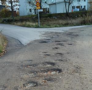 En insändarskribent undrade varför vägen i Gäddeholm inte asfalteras.Privat