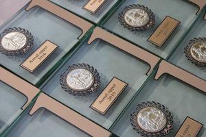 Medaljer i glas delas ut till de tre bästa i varje klass.