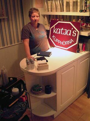 Borglunda by har tack vare Katja Torkkel få en egen frisersalong, Katjas Klipphörna, som har mysfinesser som en fungerande vedspis.