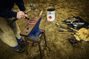 Rödglödgade hästskor av järn kyls snabbt så att de håller cirka 500 grader innan de prövas på hästen, efter ytkontakten syns det vilka justeringar som behöver göras och järnet formas lättare när det är varmt.