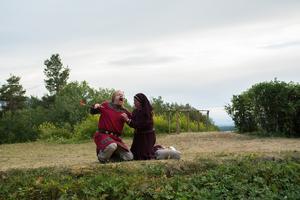 Arnljot (David Nordling) och Gunhild (Anna Persson) i slutscenerna av årets vikingadrama.