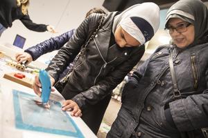 Aya Majeed testar  en 3D penna tillsammansmed Shatha Rasheed.