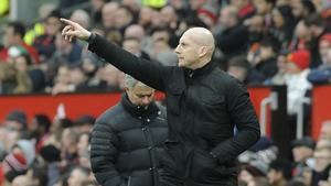 Readings förre tränare Jaap Stam dirigerar sina spelare  under FA Cup-mötet med Manchester United 2017. Foto: TT.
