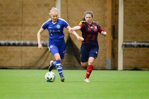 Heffnersklubbans Felicia Andersson i en duell med Selångers tvåmålsskytt Philippa Johansson. Selånger vann DM-derbyt med 3–0.