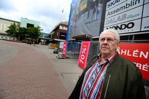 Gunnar Blomberg har splittrade tankar kring att allt fler butiker slår igen i centrum.